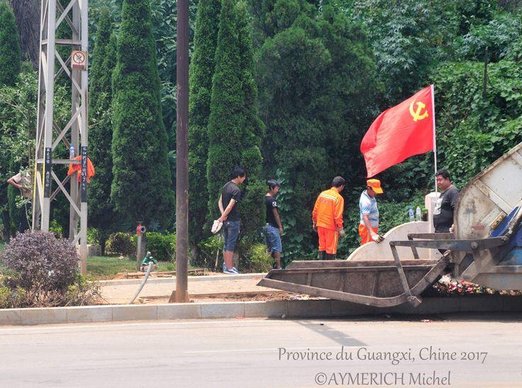 """"""" Selon les Statuts du PCC révisés et adoptés en 2007, l'emblème et le drapeau du Parti sont le symbole et la marque du PCC : L'emblème du PCC est la faucille et le marteau. Le drapeau du PCC est de couleur rouge, orné de l'emblème dorée du Parti."""" (Statuts du PCC)"""