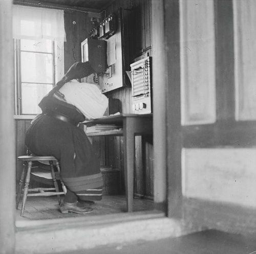 Elisabeth Meyer: Telegrafistinene i Valle.Female telegraph operator. Photographs from Setesdal around 1940-42. Gelatin silver print, baryta