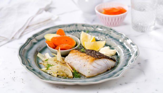 Stekt skrei med rømmesaus som smelter på fisken, potet og gulrot er en tradisjonell rett. Her er den servert med fennikel som setter en spesiell spiss på smaken.