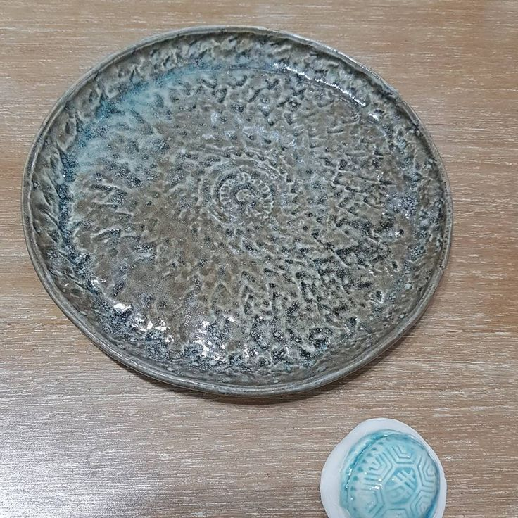 Same glaze different type of firing. Plate were in heavy reduction gas firing and the small test tile were electric oxidation firing.   What kind of firing do you like? 🔥🔥🔥 #keramikkarawaci #keramikpelangi12 #glazefiringresult #handmadepottery #oneofakind