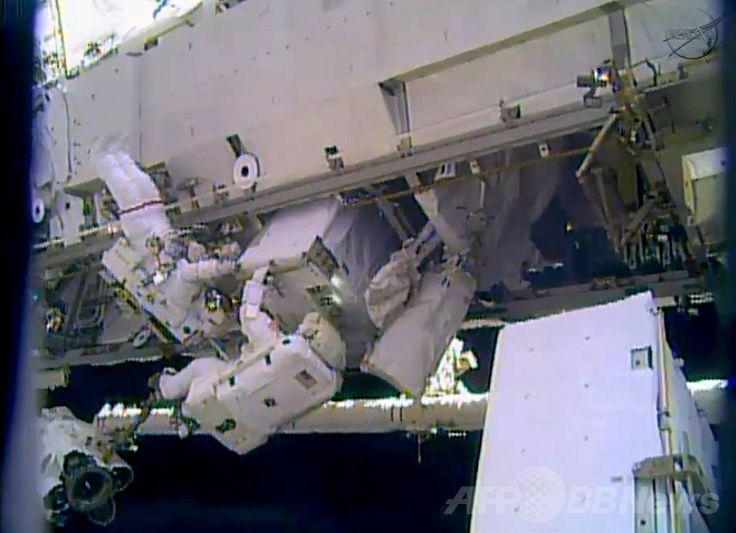 国際宇宙ステーション(International Space Station、ISS)で、冷却システム装置を修理するため船外活動を行う米国人宇宙飛行士のリック・マストラキオ(Rick Mastracchio)さん(右)とマイク・ホプキンス(Mike Hopkins)さん(左、2013年12月24日撮影)。(c)AFP/NASA TV ▼25Dec2013AFP ISS船外活動を無事完了、冷却装置を修理 http://www.afpbb.com/articles/-/3005612 #International_Space_Station #ISS #Rick_Mastracchio #Mike_Hopkins