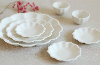 大小さまざまな大きさ違いで揃えたくなる花皿。 やわらかな白は、和洋中どんなお料理にも使えます。
