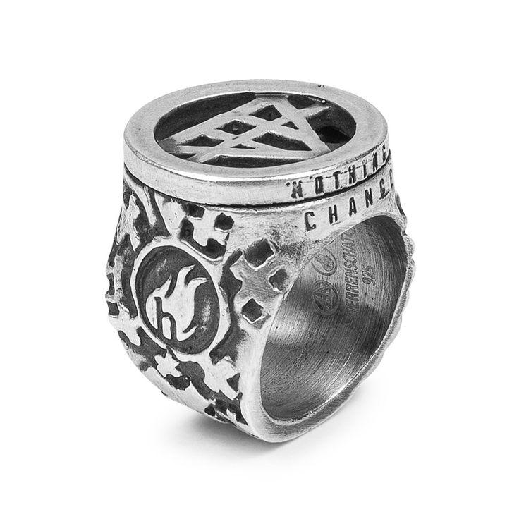 """Ring aus Silber Die Grundidee, die hinter diesem Ring stand, ist mit dem angeblichen Zitat, der auf dem Ring des Königs Salomon abgedruckt wurde, treffend beschrieben: """"Alles ist vergänglich"""". Der Ring besteht aus Silber, wobei der obere Teil verstellbar ist und sich um die eigene Achse drehen lässt. Die #Pyramidenform steht auch für den Namen #Herrenschatz. Die Pyramiden und das Herrenschatzlogo formieren sich beim Drehen zu einem Davidstern. #herrenschmuck #herrenmode"""