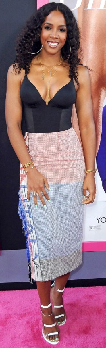 Who made  Kelly Rowland's print skirt and white sandals?