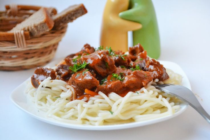 Аппетитная свинина с томатной пастой готовится очень просто и не требует особенных затрат. Благодаря сочетанию томатной пасты с ароматными специями, мясо обладает насыщенным ярким вкусом. При желании блюдо можно дополнить сезонными овощами. На гарнир подойдут картофель, макароны или крупы.