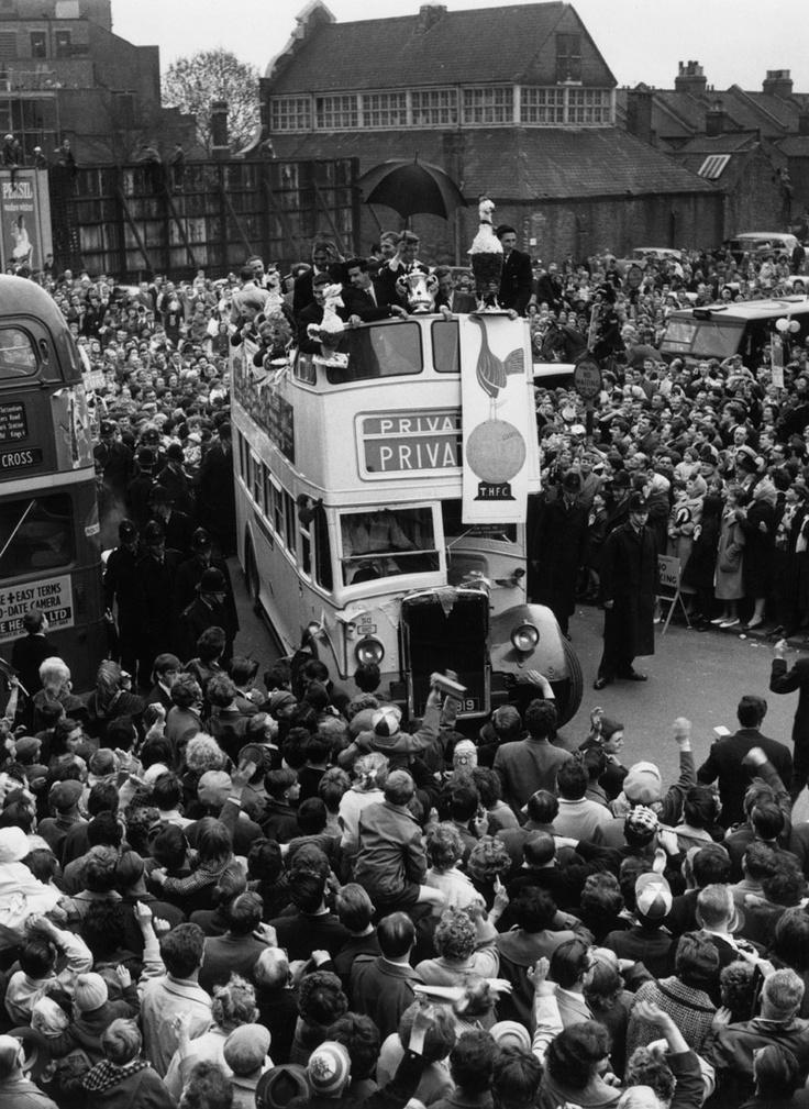 Jugadores del Tottenham celebran su victoria en la FA Final Cup de 1962
