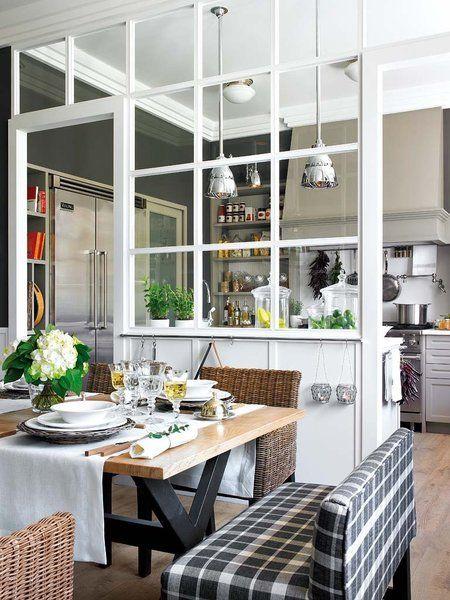Un office separado de la cocina por cuarterones de cristal