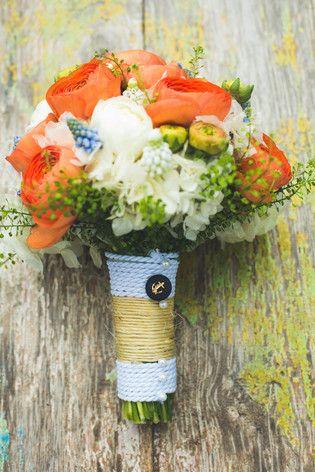 Brautstrauß mit Ranunklen in Orange und Weiß, Pfeiffenputzern und Vergissmeinnicht (www.noni-mode.de - Foto: Anna und Alfred Fotografie)