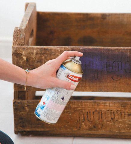2 - Aplique uma demão de tinta spray nas peças, espere secar e pinte de novo. Agora repita o processo com a prateleira de MDF.
