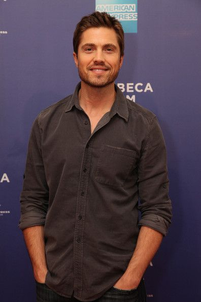 Eric Winter is gorgeous. I've had a huge crush on him ever since he was on Days of Our Lives, and I've been a huge fan of his ever since then too. ;)