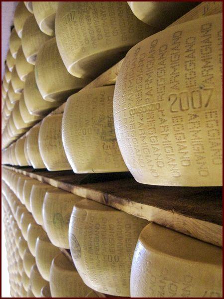 """Parmigiano Reggiano  È tra i formaggi uno dei più antichi di tradizione, più conosciuto e anche più """"frodato"""", ma può essere anche un alleato per chi ha problemi col lattosio  Cucina Semplicemente"""