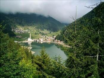 """UZUNGÖL Uzungöl, Trabzon'a 99 km, Çaykara'ya ise 19 km uzaklıktadır. Sık ormanları ve doğal güzelliği ile iç ve dış turistleri cezbetmektedir. Adını kıyısında bulunduğu gölden alır.Yerleşim tarihte ilk olarak 1586 yılı kayıtlarında Rumca """"Saraho"""" ismiyle görülmektedir.""""Şerah"""" adıyla da tarihte anılan yerleşim Cumhuriyet'in kuruluşu sonrasında uzun yıllar Of İlçesi'ne bağlı olarak kalmıştır."""