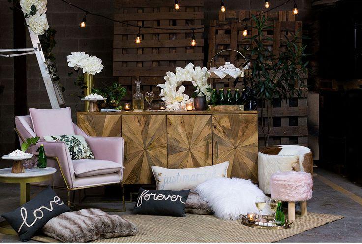 Quel serait le look de votre réception de mariage idéale?   La première chose que j'imagine, c'est un espace lounge qui sert également de table à desserts ou de bar à cocktails. Qui n'aimerait pas s'étendre sur un divan, un fauteuil, une ottomane ou un pouf pour siroter un cocktail ou en manger une bouchée?