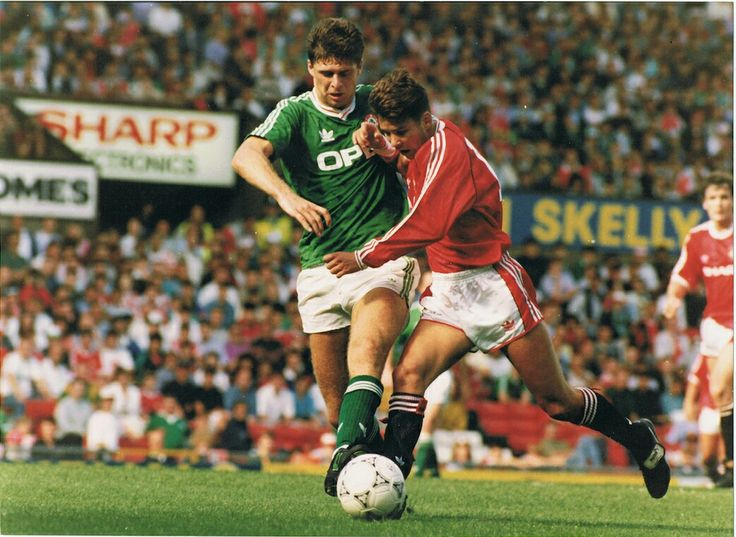 Man Utd 1 Rep of Ireland 1 in Aug 1991 at Old Trafford. Darren Ferguson takes on Niall Quinn in the Friendly.
