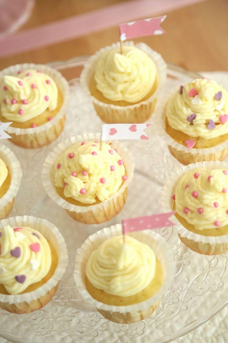 cupcake alla vaniglia. ricetta facile e veloce. decorati con frosting di vaniglia, zuccherini e bandierine