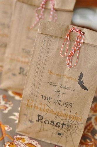 cute bag idea: Bags Invitations, Halloween Parties, Adorable Invitations, Halloweeni Roasted, Halloween Bags, Adorable Halloween, Adorable Bags, Halloween Treats Bags, Bags Ideas