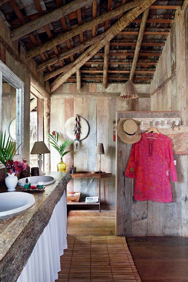 Inspiração de casa de praia rústica na Bahia com muito bom gosto e estilo, utilizando artigos naturais em todos os ambientes.