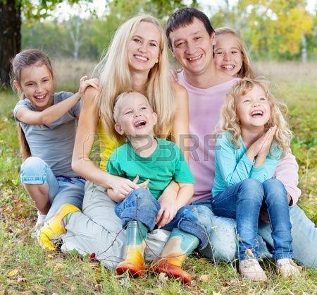 Familia feliz grande con los niños en el Parque de otoño Foto de archivo