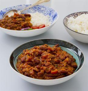 Mustig, kryddig och grymt god indisk böngryta. Påminner en aning om daal men är gjord på bönor istället för linser. Rajma chawal är ganska enkel att laga, låt gärna grytan puttra en bra stund för godast smak. Om du inte har alla kryddor hemma och vill laga rätten NU kan du ersätta dem med vanlig gul curry, ha då i ca 2-3 tsk. Det blir supergott det med. 4-6 portioner 400 g kokta kidneybönor 400 g krossad tomat 1 gul lök 1 msk tomatpuré 1 bit ingefära 4 st vitlöksklyftor 1-2 st gröna chili…