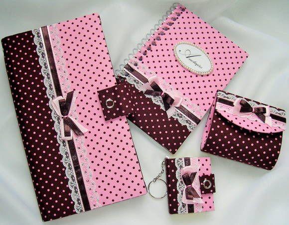 Kit confeccionado em cartonagem e revestido com tecido 100% algodão.  Contém: Carteira Grande - tamanho 20x10cm + Caderneta - tamanho 14,5x10,0cm + Porta Moedas - tamanho 8,0x7,0x3,5cm + Chaveiro Post It - tamanho 5,5x4,5cm