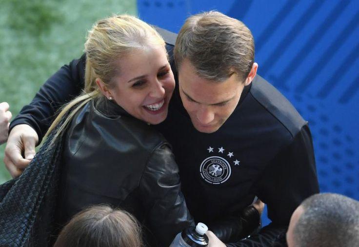 Manuel Neuer wirkt nach dem Spiel gegen die Slowakei erleichtert und glücklich an der Seite von Freundin Nina Weiss.