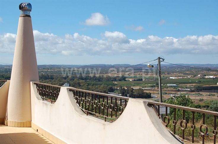 5 bedroom villa, set in a quiet residential area. Close to Alvor and Portimão.