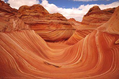 The Wave (Arizona). Esta formación en forma de U ha sido erosionada desde la era Jurásica. La formación tiene 19 metros de alto y 36 de largo, y es uno de los lugares más fotografiados de Estados Unidos. Probablemente te suene The Wave como fondo de escritorio de algún ordenador.
