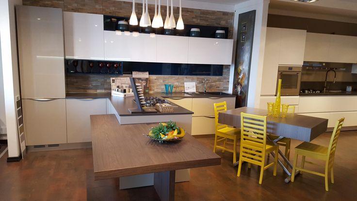 Cucina componibile Duna Young Arredo3 Cucine in polimerico lucido creta (basi), bianco (pensili) e cobalto (elementi a giorno e pannelli a muro) con penisola centrale e bancone in essenza legno.