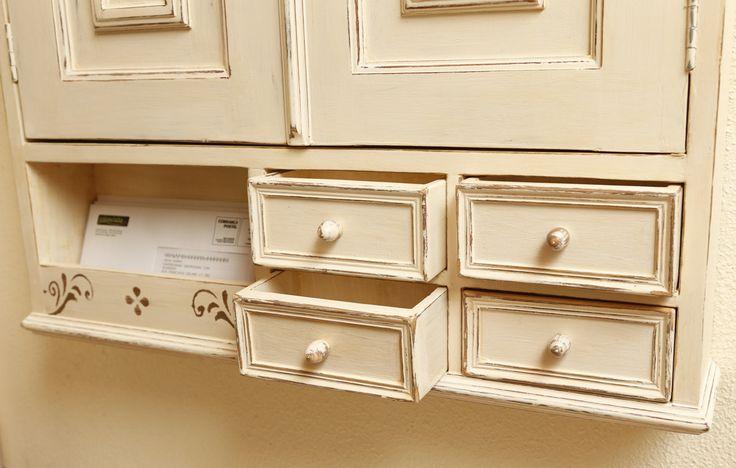 Pormenor das gavetas e cacifo para o correio.