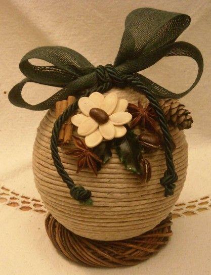Pallina di corda con fiore applicato