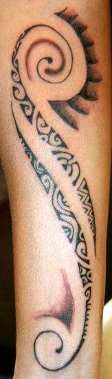 modele-tatouage-femme-motif-polynesien-sur-avant-bras-women-forearm-tattoo