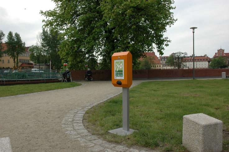 Dystrybutory na psie nieczystości stanęły na wrocławskiej Wyspie Słodowej - ukochanym miejscu każdego Wrocławiaka.       http://goo.gl/maps/BmtBc