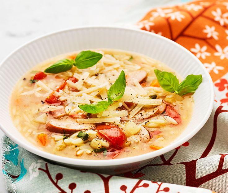 Denna soppa är svår att motstå även för de allra minsta soppmotståndarna. Med korv och risoni i huvudrollerna faller den de flesta i smaken, och vem tackar nej till basilika och parmesan i slutscenen?