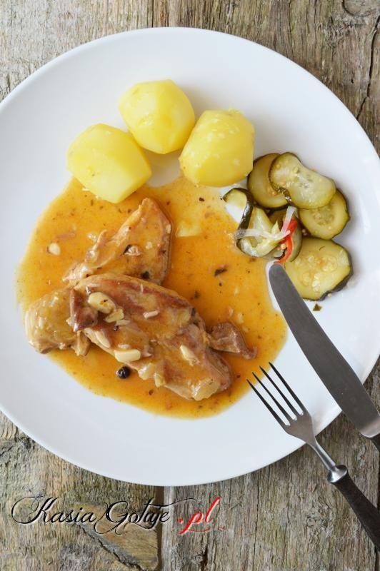 Niedzielny obiad kojarzy mi się z cudownym zapachem dochodzącym z kuchni, gdy mieszkałam jeszcze w domu rodzinnym zazwyczaj w niedzielę z kuchni od samego rana dochodziły zapachy pieczonego lub duszonego mięsa, które kilka godzin powolutku dusiło się w swoim sosie. Obowiązkowo do tego były ziemniaki lub kasza, surówka i kompot.  Przepis na szynkę duszoną, który Wam podam powinna znać każda Mamuśka, aby pozostawić swoim dzieciom niezapomniany smak w pamięci :)  Szynka z tego przepisu wyjdzie…