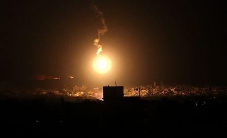 20日未明、イスラエル軍の攻撃にさらされるガザ地区東部(EPA=時事) ▼20Jul2014時事通信|ハマス戦闘員、次々侵入=イスラエル兵に変装-軍、地上作戦を拡大 http://www.jiji.com/jc/zc?k=201407/2014072000022