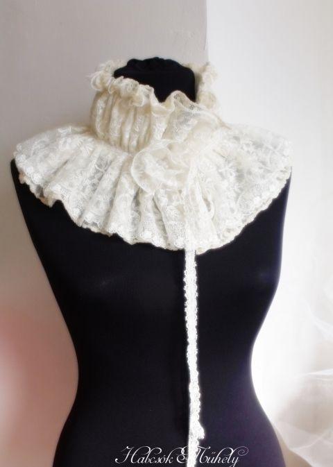 Ez a sál történelmi ihletésű, hasonló formájút viselt Madame Récamie is az 1700-as évek végén.   A sál, vagy inkább nevezhetük gallérnak is, nagyon jó meleg, belül (ahol a nyakkal érintkezik) puha termoanyaggal béleltem. Két rétegben van a csipkefodor a külső részén, alul egy lágy esésű, puha, rugalmas csipke, felülre pedig egy csodálatos francia csipkét fodroztam.