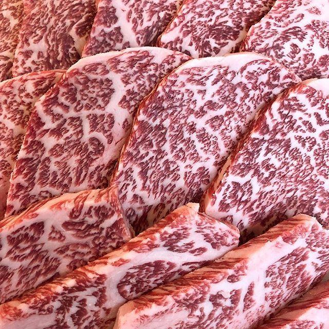 毎度ありがとうございます😊 千里屋四條畷店です。 今朝は和牛リブロースを捌いたので、リブロースの芯だけを焼肉用にカットしてみました。 旨味をこれでもかッ!と詰め込んだ様な味わい。 言葉で説明するのも難しいので、是非ともご自身の舌で味わっていただきたい一品です(*´-`) #千里屋#肉#牛肉#お惣菜#精肉#おいしい#グルメ#四條畷#四條畷イオン#イオン#イオンモール#寝屋川#京阪#ヘルシー#霜降り#コスパ#ディナー#絶品#ローストビーフ#行列#ステーキ#しゃぶしゃぶ#すき焼き#焼肉#厚切り#リブロース#はろうぃん