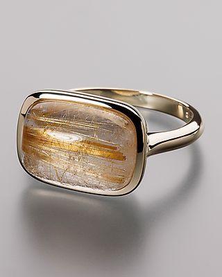Sogni d'oro Classic Goldring mit Rutilquarz  Edelsteine:1x Rutilquarz, weiß mit goldenen Rutilnadeln rechteckig, im Cabochon geschliffen ca. 14 x 10 mm in einer Zargenfassung ca. 6,2 ct  Maße:Ringkopf: ca. 11,7x15,9 mm Ringschiene: von ca. 2,3-2,5 mm im Verlauf  Gewicht:ca. 3,8 g  #schmuck #ring #sognidoro #sogni #doro