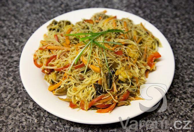 Singapurské nudle s kuřecím masem recept - Vareni.cz                Tento pokrm bude chutnat milovníkům asijské kuchyně.
