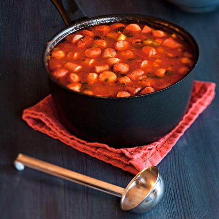 Tavallinen nakkikeitto muuttuu arjen herkkuruoaksi kun lisäät siihen vaikkapa tomaattimurskaa, juustokuminaa, maissinjyviä ja tuoretta basilikaa.