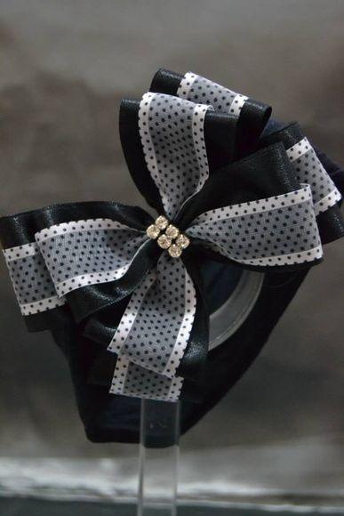 Faixa de meia de seda com laço duplo de fita Poá  Disponível em Preto e Branco. R$ 15,00