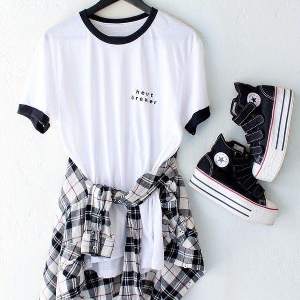 t-shirt branca com detalhe gola preto