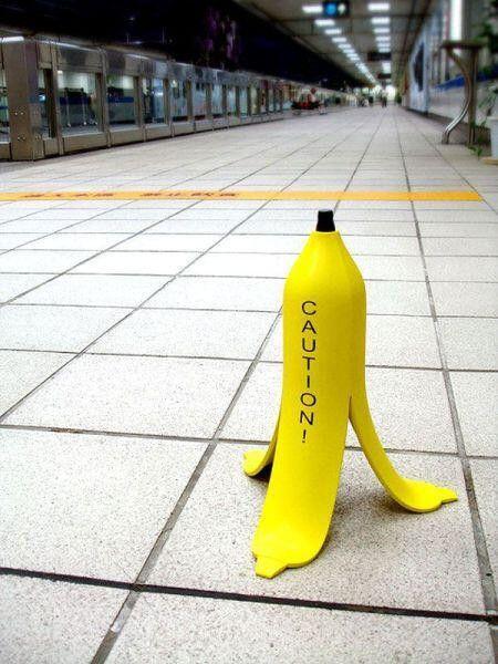 滑りやすい床の注意サイン - まとめのインテリア