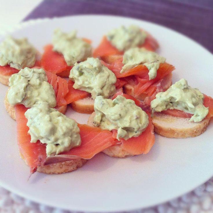 Toast met gerookte zalm en avocado-limoensalsa -