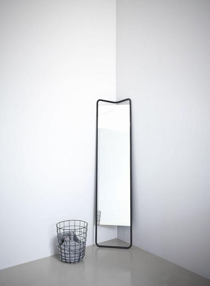 Med ett starkt grafiskt uttryck och sina många funktionella detaljer är KaschKasch golvspegel från Menu en smart lösning för dagens urbana hemmiljöer med begränsat utrymmer. Dess triangulära form gör den perfekt att ställa i ett hörn och dess innovativa design gör att den även går att luta mot en vägg med spegeln vinklad åt det håll som passar ditt rum bäst.Kaschkasch Cologne står bakom designen och de unga formgivarna Florian Kallus och Sebastian Schneider beskriver sin stil som modern…