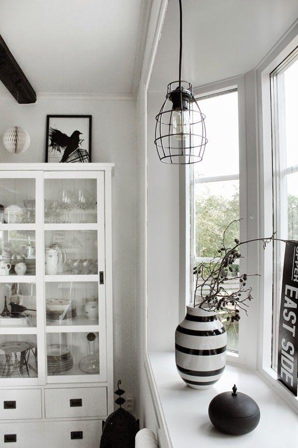 fönsterlampa, lampa i burspråk, burspråket, fönster, matsal, konsttryck, svart fågel, fåglar, svartvita tavlor, svartvita motiv, svart och vitt, svarta och vita, honeycomb, plåtskylt, kähler, vitrinskåp, vitrinskåpet, vitt, vita,