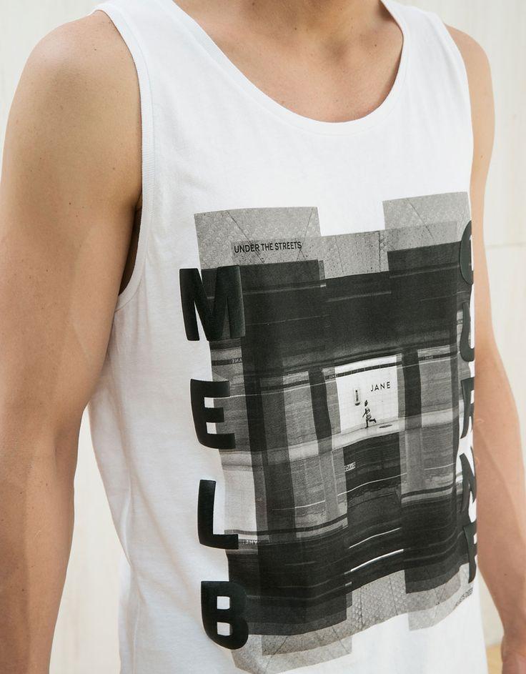 Camiseta estampada y texto. Descubre ésta y muchas otras prendas en Bershka con nuevos productos cada semana