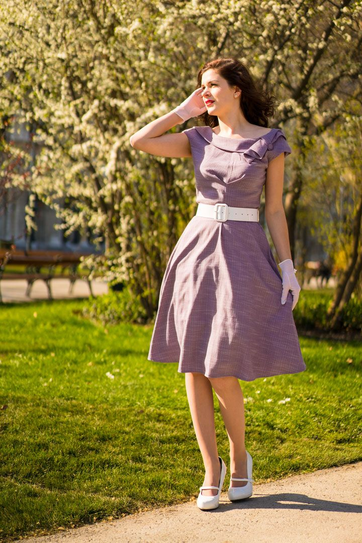 Fashion à la Mad Men: RetroCat wearing a lilac dress inspired by the early 60s