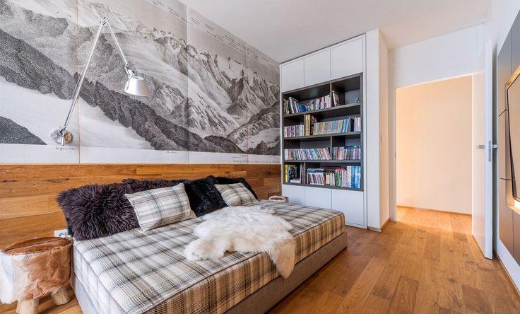 Televizní pokoj pojali architekti jako chalet. I tady však nechybějí knihy.