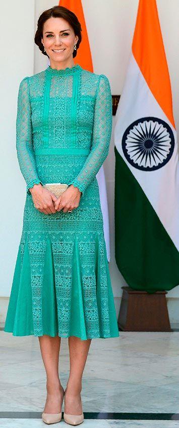 Comida con el Primer Ministro Narendra Modi, en Nueva Deli (India). Fecha: 12 de abril de 2016. 'Look': La Duquesa apostó por un llamativo vestido confeccionado en encaje color verde agua firmado por Temperley London, y que aún no está a la venta. Como accesorios, 'clutch' y zapatos en beis, de L.K. Bennett.  © Getty Images